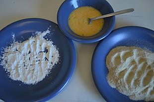 Zutaten zum Panieren: Mehl, Ei, Paniermehl