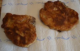 Koteletts auf Küchenkrepp abtropfen