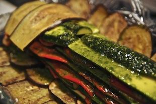 Form mit Gemüse auslegen