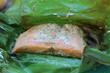 Lachsfilet im Bananenblatt