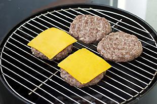 Burger mit Käse belegen